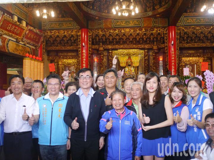 高市副市長李四川與韓冰參拜茄萣金鑾宮,受到鄉親熱烈歡迎。記者徐白櫻/攝影