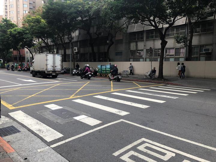 在車流量大的道路上有斑馬線卻無交通號誌導致行經學童遭撞受傷。圖/應曉薇辦公室提供