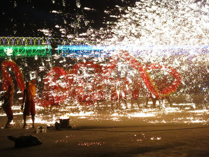 南投縣最熱最爆的重慶銅梁火龍演出,縣長林明溱晚宣布2月21日晚間再加演1場。記者黑中亮/攝影