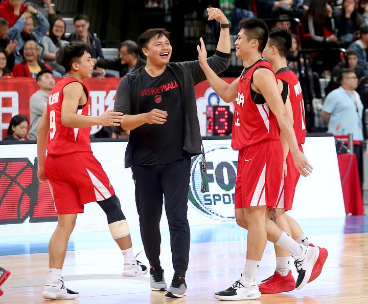 青年逆轉南山,球員和教頭鄧安誠慶祝勝利。記者余承翰/攝影