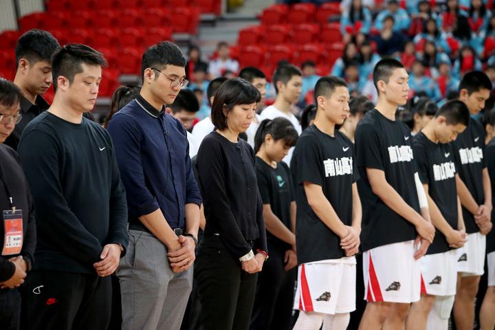 南山高中賽前為上周過世的老教頭郭輝默哀1分鐘。記者余承翰/攝影