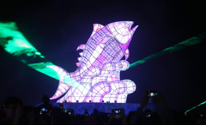 今晚在台灣燈會總彩排中,「巨鮪來富」主燈秀照得天空五彩繽紛。記者劉學聖/攝影