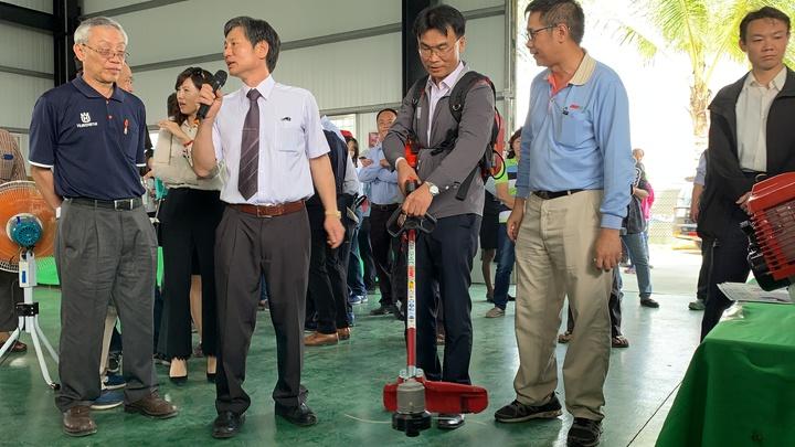 農委會主委陳吉仲(中)今天到台南宣布小型農機具補助政策,並試用背負式割草機。記者吳淑玲/攝影