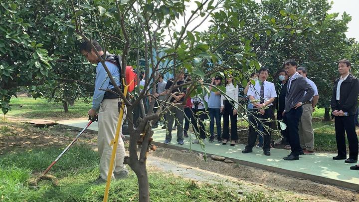 農委會主委陳吉仲(右二)今天到台南宣布小型農機具補助政策。記者吳淑玲/攝影