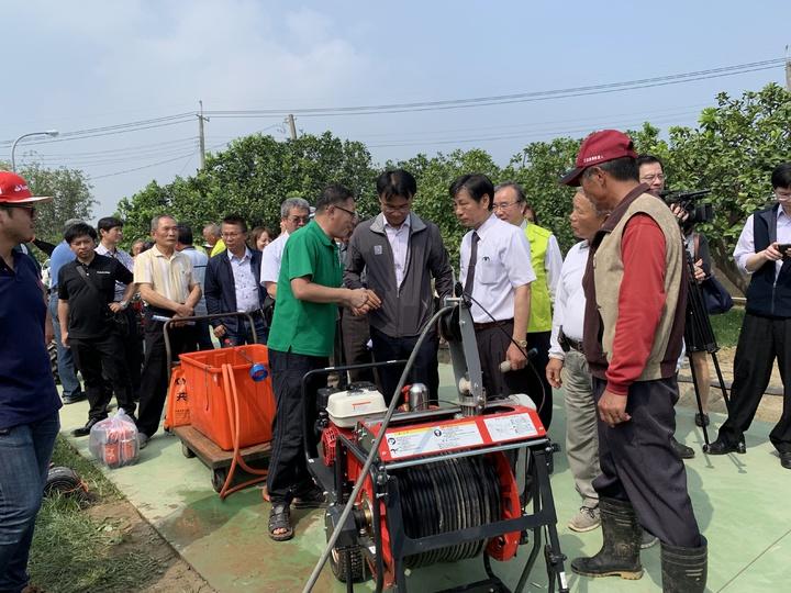 農委會主委陳吉仲(中)今天到台南宣布小型農機具補助政策。記者吳淑玲/攝影
