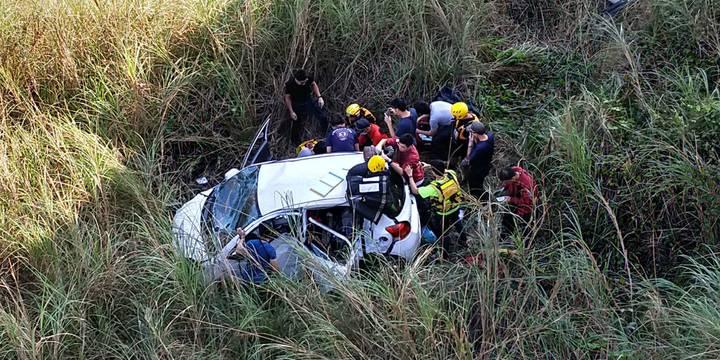 今天上午7點58分時,高市消防局、屏縣消防局接獲報案,汽車墜落雙園大橋下,警消獲報抵達現場,車輛連人帶車撞入橋下,幸好掉落在沙洲上有緩衝。記者劉星君/翻攝