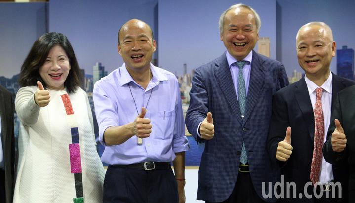 高雄醫療觀光元年起跑活動,包括主持人陳文茜(左起)、高雄市長韓國瑜、高雄長庚榮譽院長陳肇隆、高市觀光協會會長劉坤福共同主持。記者劉學聖/攝影