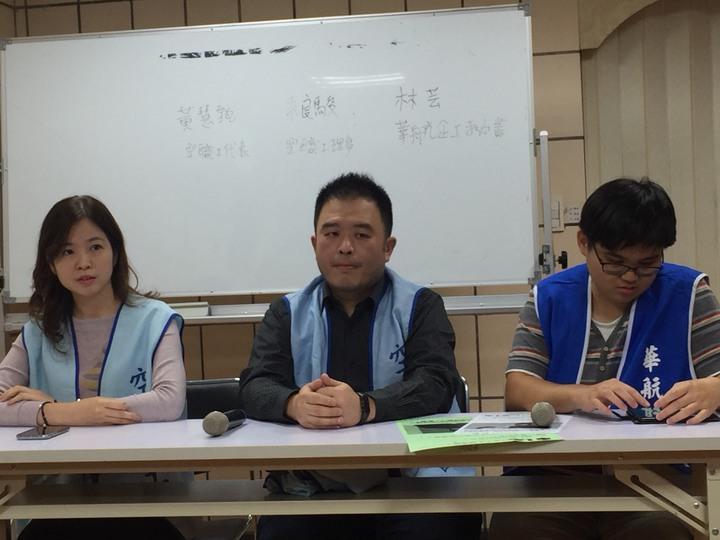 桃園市空服員職業工會理事朱良駿(中),和中華航空企業工會秘書林芸(右)。記者洪安怡╱攝影