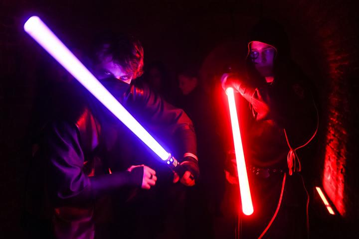 電影《星際大戰》的「光劍對決」(lightsaber duelling),不再只是電影粉絲們私下玩票性的休閒娛樂,法國劍擊協會(French Fencing Federation)日前宣布,將星戰中的「光劍對決」列入正式運動項目,並詳訂比賽規則,甚至還將目光瞄準2024年巴黎奧運,爭取名列正式比賽項目之中。Hyperbeast