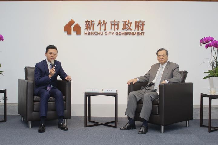 陸委會主委陳明通(右)今天下午到訪竹市,他說,如果一個政黨要簽署政治性的兩岸相關協議,應該要問問全台灣的老百姓的意見。記者張雅婷/攝影