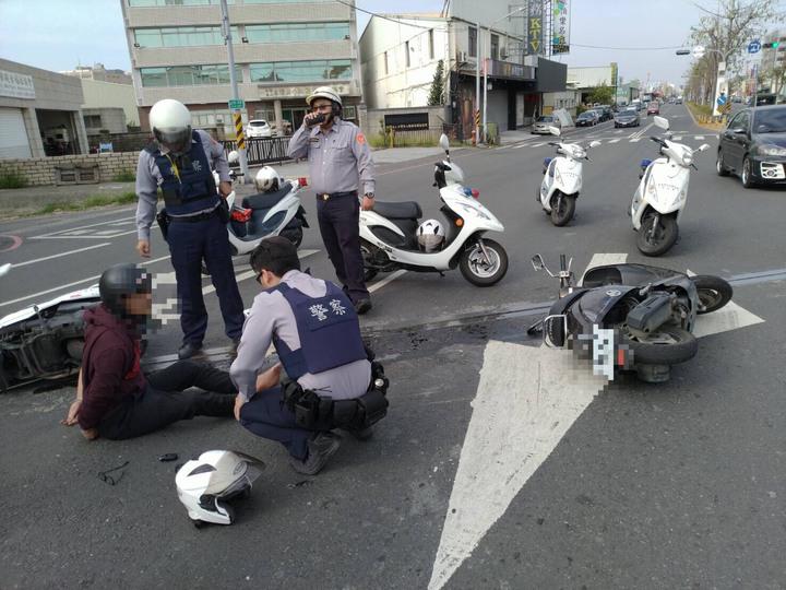 騎士蛇行逆向甩尾撞警摔車被逮,原來通緝不想進監獄。圖/記者周宗禎翻攝