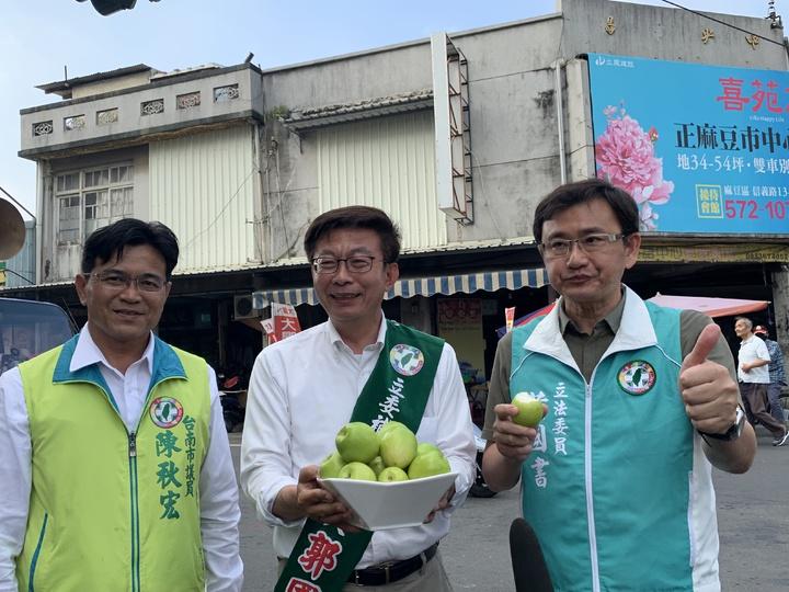 郭國文(中)今天送給立委黃國書(右)台南蜜棗,已首批成功輸日。記者吳淑玲/攝影
