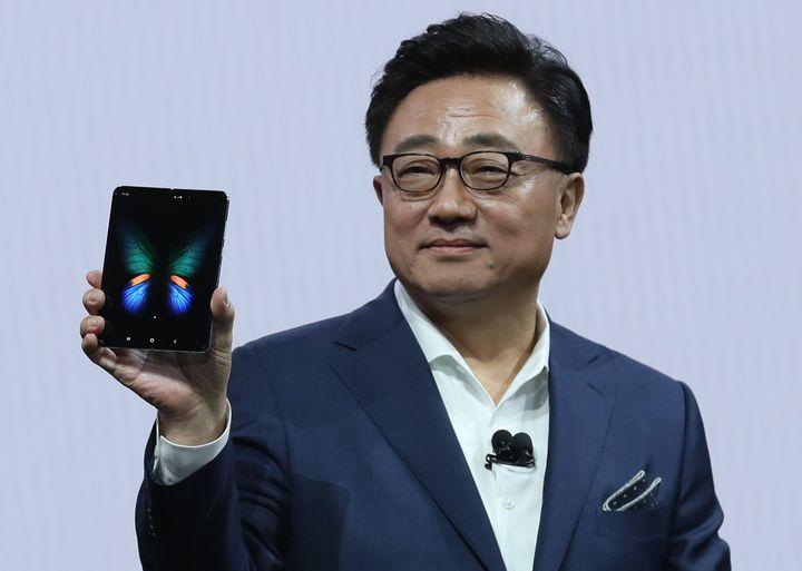 三星執行長高東真(DJ Koh)手拿旗下首款螢幕可折疊手機Samsung Galaxy Fold。法新