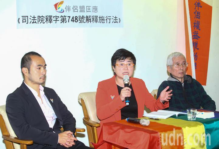 台灣伴侶權益推動聯盟上午舉行記者會,伴侶盟常務理事許秀雯針對行政院公布同婚草案的《司法院釋字第748號解釋施行法》,進行評論和回應。記者陳柏亨/攝影