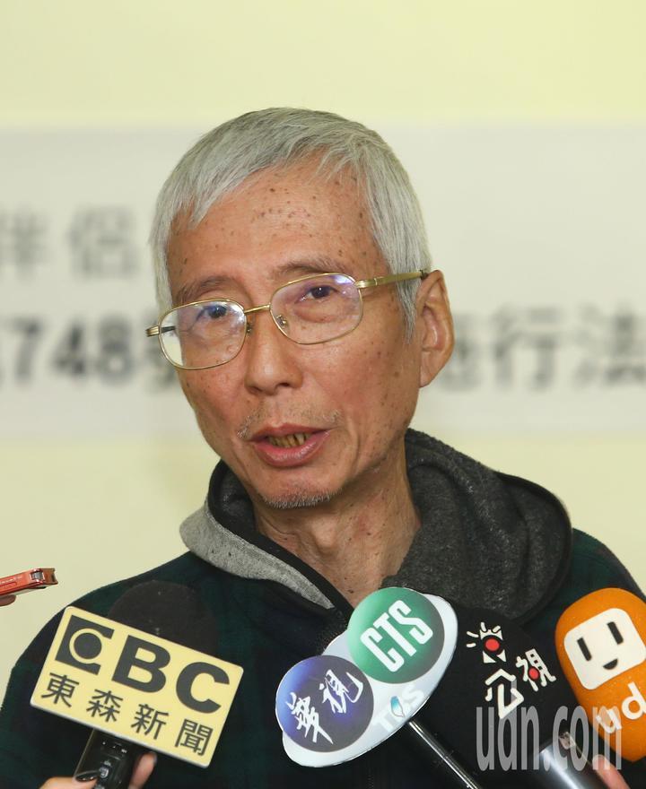 台灣伴侶權益推動聯盟上午舉行記者會,婚姻平權釋憲案聲請人祁家威針對行政院公布同婚草案的《司法院釋字第748號解釋施行法》,進行評論和回應。記者陳柏亨/攝影