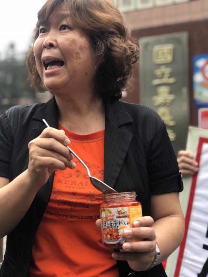 人本教育基金會南部辦公室主任張萍說,被害學生父親從去年4月25日向學校申訴至今,已經過了302天,家長在等一個遲來的正義。記者王慧瑛/攝影