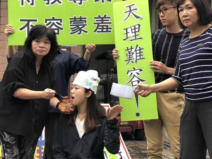 人本教育基金會今天到國立嘉義特教學校前抗議並演出餵朝天椒行動劇,要求教評會解聘涉嫌對學生不當管教的暴力教師。記者王慧瑛/攝影