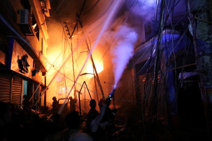 至少70人死於孟加拉首都達卡的一場建築物大火,消防官員表示罹難人數可能再增加。路透