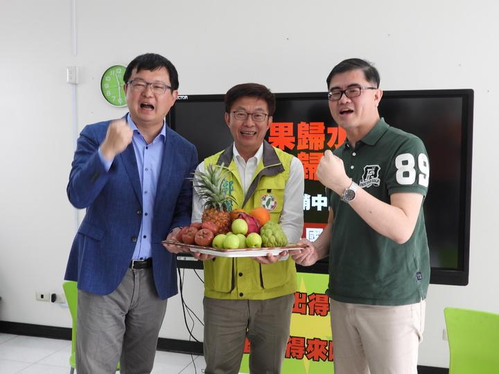 郭國文請來「水果政治學」一書作者焦鈞、農委會前副主委李退之,抨擊韓國瑜及國民黨參選對手謝龍介「一再炫耀的中國訂單」,其實就是「政治訂單」。記者周宗禎/攝影