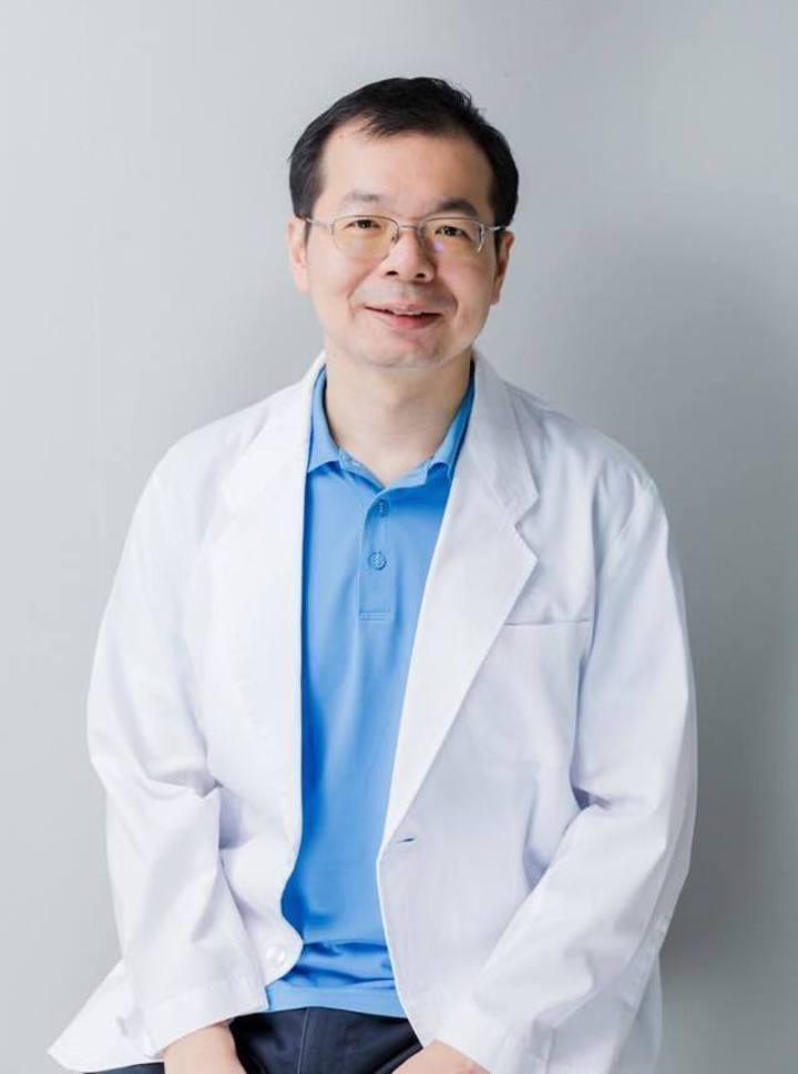 醫師謝旺穎在去年10月罹患肝膿瘍後,因無接受完整抗生素治療之下離世。 圖擷自/謝旺穎醫師的食療實驗室