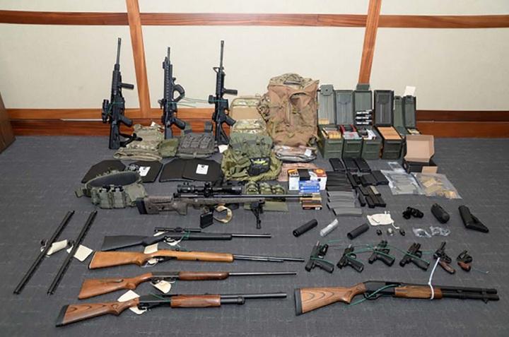 美國馬里蘭州聯邦檢察官辦公室20日釋出幹員在海岸防衛隊上尉森家中搜出的15把長短槍與超過1000發子彈。檢方指稱哈森信奉新納粹觀點,計畫發動恐怖襲擊,還開出一張以民主黨人士為主的刺殺名單。法新
