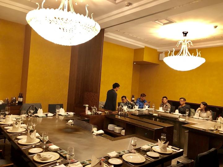 紅花鐡板燒包廂式的用餐環境,營造專屬尊榮感,50人的小型宴會廳更是堪稱市場唯一。記者宋健生/攝影