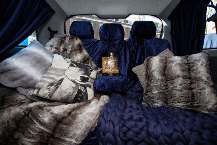 英國5星級計程車,豪華內裝包括天鵝絨坐椅、羊毛腳墊、拖鞋以及迷你壁爐,讓人搭上就不想下車。圖片擷取《Mirror》