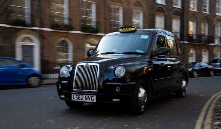 英國倫敦街頭出現一輛內裝超奢華的「5星級」計程車,外觀看起來與一般黑頭計程車無異,但是一坐進去,便宛如置身在溫馨的森林鄉間小屋,讓試乘過的民眾都捨不得下車。SWNS