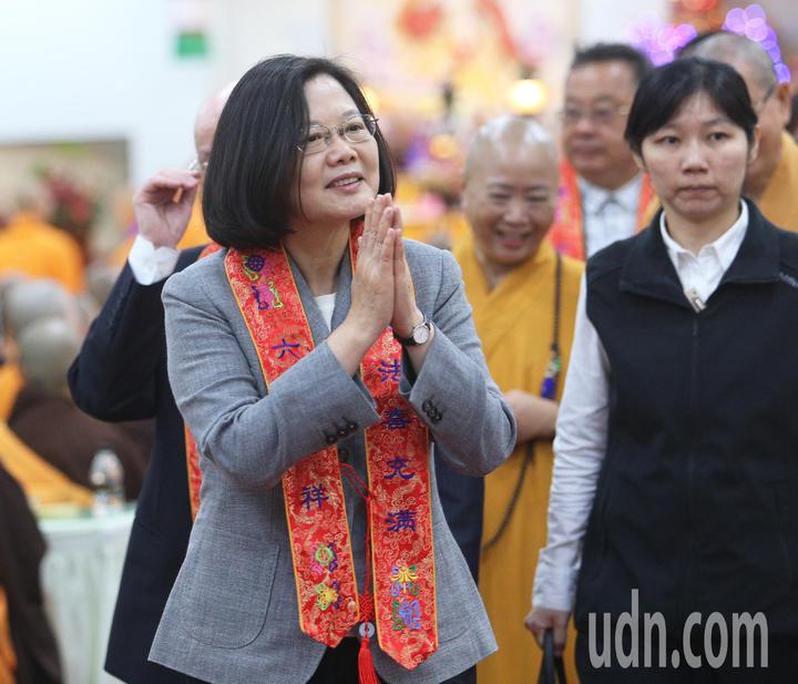 中國佛教會今天在高市阿蓮區光德寺舉辦護國息災祈福法會,蔡英文總統應邀出席,並雙手合十向兩旁法師致意。記者劉學聖/攝影