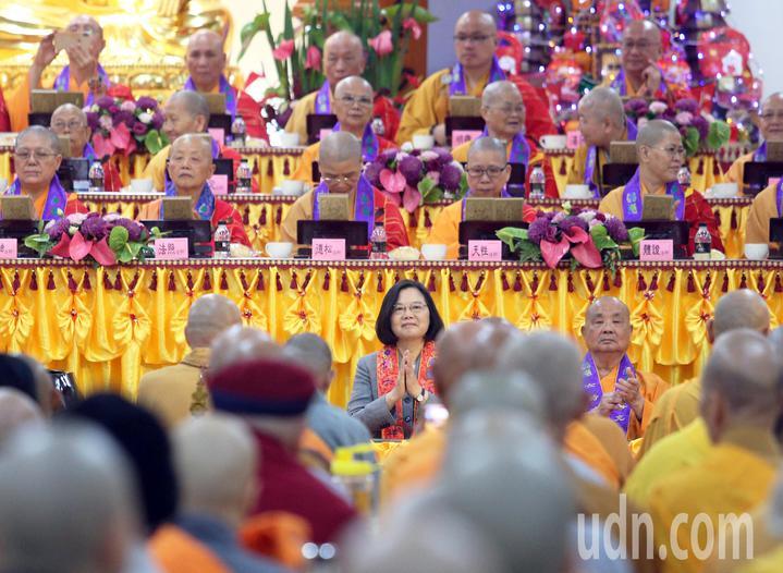 中國佛教會今天在高市阿蓮區光德寺舉辦護國息災祈福法會,蔡英文總統應邀出席,並雙手合十向法師致意。記者劉學聖/攝影