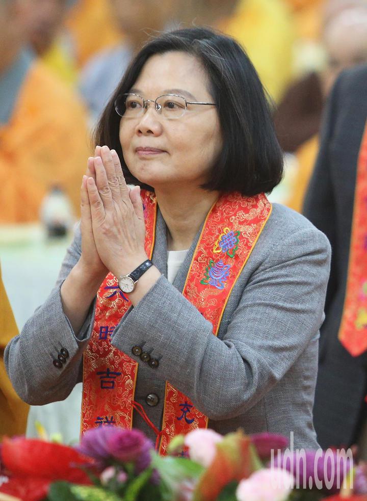 中國佛教會今天在高市阿蓮區光德寺舉辦護國息災祈福法會,蔡英文總統應邀出席捻香祝禱,祈求台灣災害不生、國泰民安。記者劉學聖/攝影