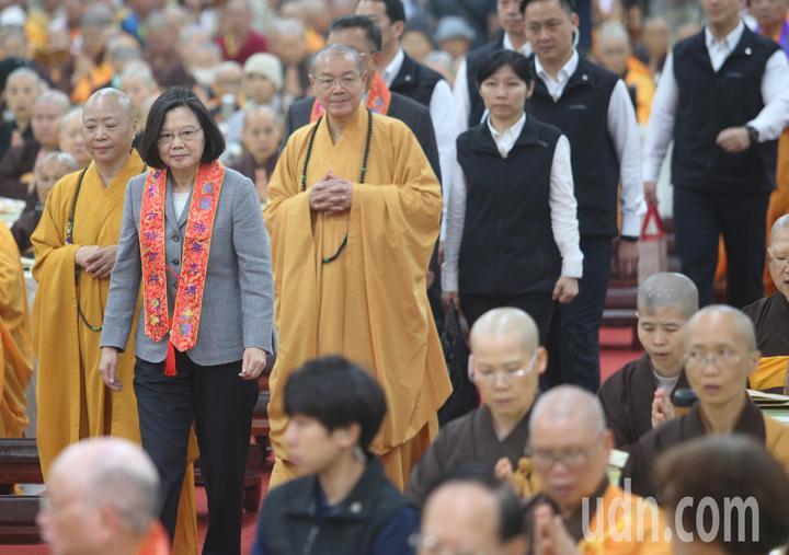 中國佛教會今天在高市阿蓮區光德寺舉辦護國息災祈福法會,蔡英文總統(左二)應邀出席。記者劉學聖/攝影