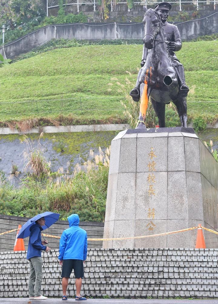 政大先總統蔣介石銅像遭抗議人士砍斷馬腿、潑漆,校方立即圍起封鎖線,學生佇足觀看。記者鄭清元/攝影