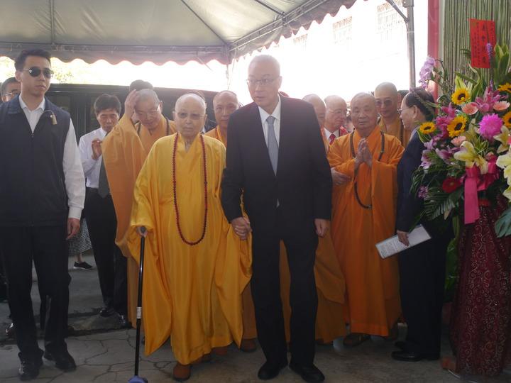 國民黨黨主席吳敦義(右)到光德禪寺參加祈福法會,住持淨心長老(左)親自迎接。記者徐白櫻/攝影