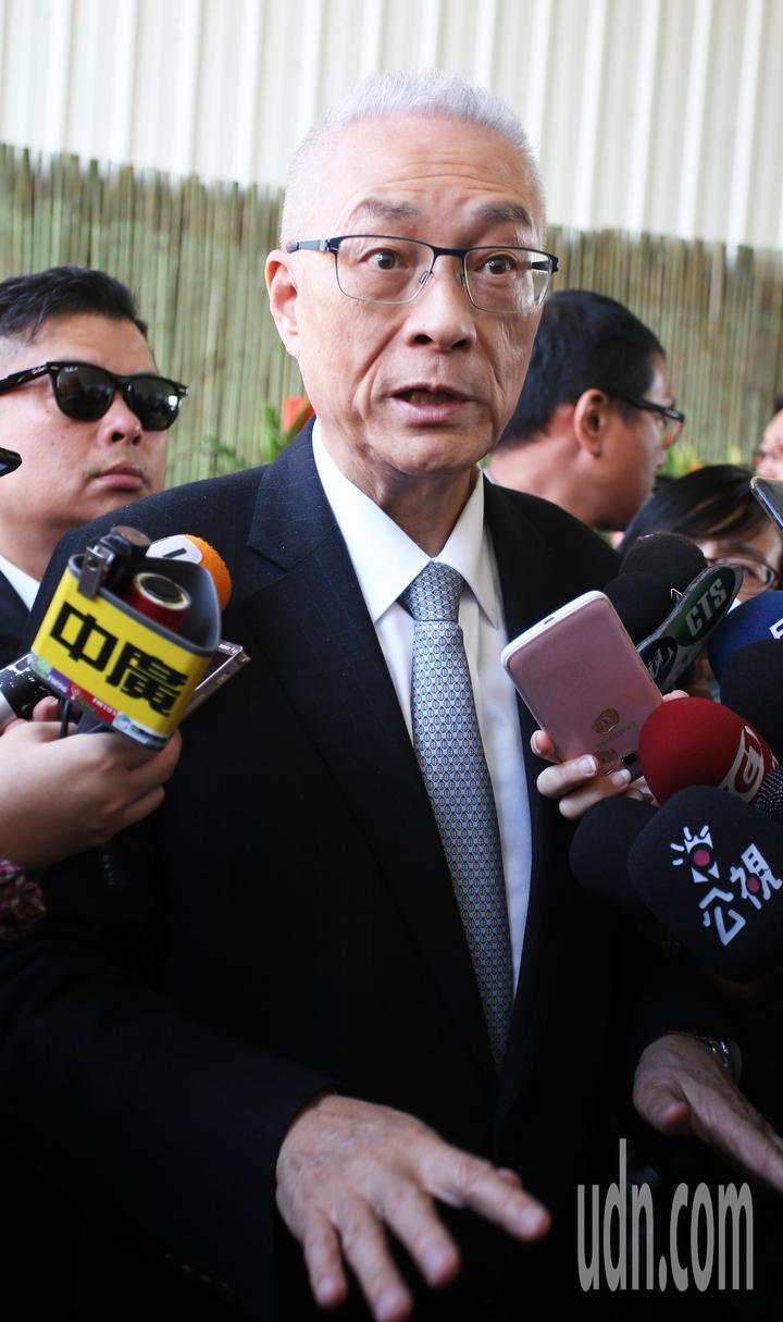 國民黨主席吳敦義到高雄光德寺參加祈福法會,住持淨心長老(左)親自迎接。記者劉學聖/攝影