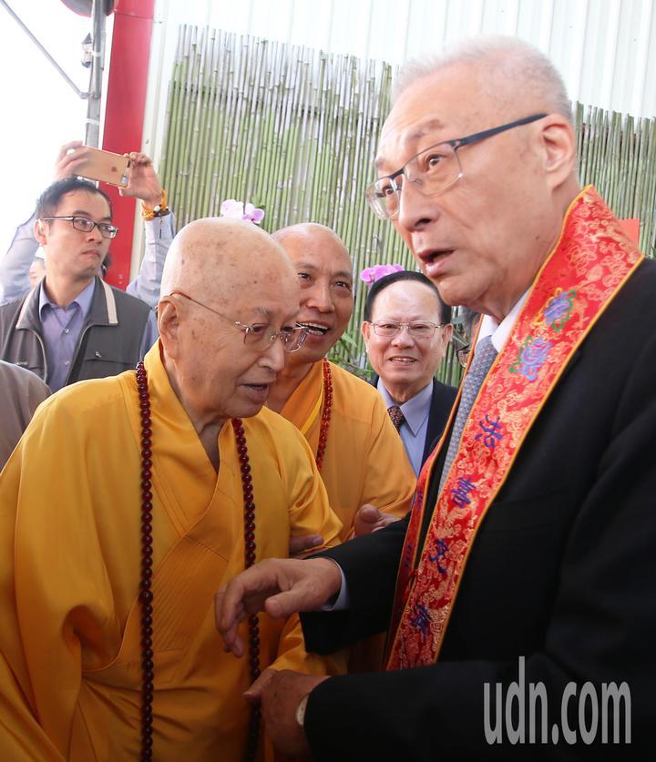 國民黨主席吳敦義(右)到高雄光德寺參加祈福法會,住持淨心長老(左)親自迎接。記者劉學聖/攝影