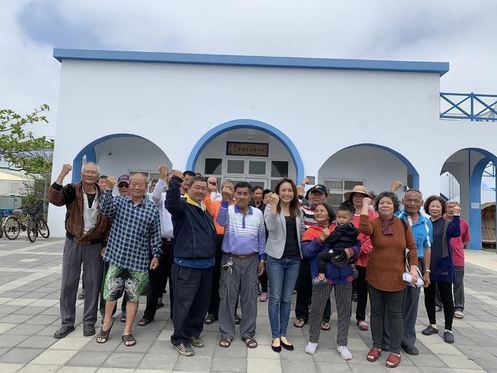 台南青鯤鯓漁港旁的藍白色建築物,是鯤鯓及鯤溟里聯合活動中心,地方爭取正名為「青鯤鯓」活動中心。