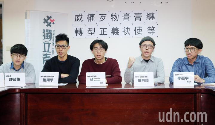 政大鋸蔣銅像的行動者許哲榕(左),今天下午與夥伴召開記者會說明行動意義。記者許正宏/攝影
