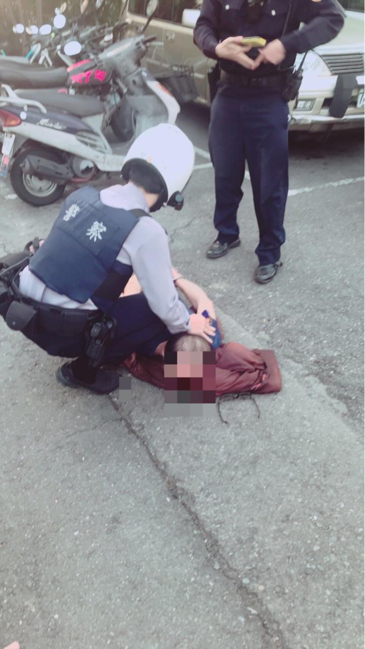 警方將林姓男子壓制在地,當場將林逮捕帶回。記者劉星君/翻攝