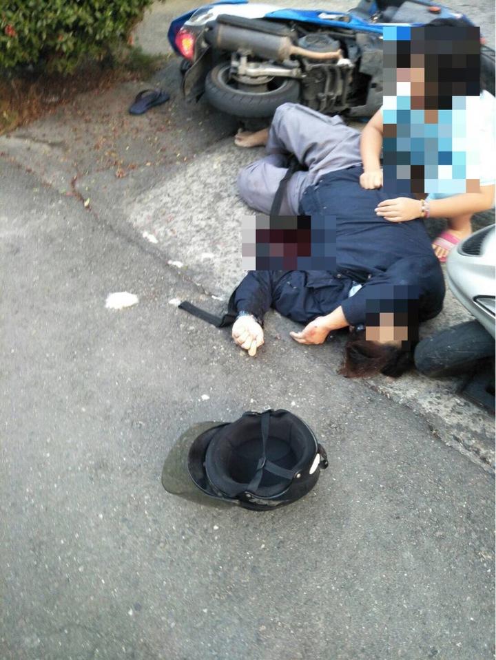 陳姓男子遭砍殺後,現場血跡斑斑,家屬在一旁相當驚恐。記者劉星君/翻攝