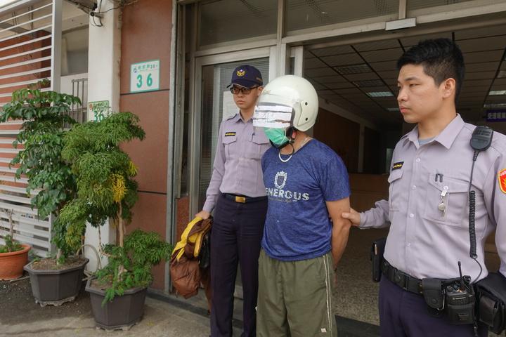 涉嫌殺人的林姓男子(中)警詢後依殺人罪移送地檢署偵辦。記者劉星君/攝影