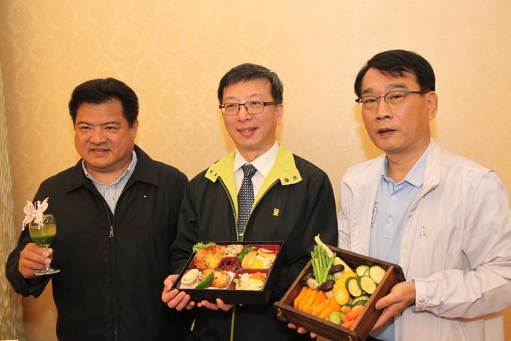 中華民國溫泉觀光協會理事長李吉田(左)和台中市溫泉觀光協會理事長羅進洲(右)指出,日本人深知泡溫泉除了是旅遊活動,也是對健康有幫助的一項促進健康的活動,因此不必只是在冬天泡溫泉,即使是夏天一樣對身體健康相當有幫助。記者黃寅/攝影