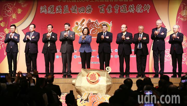 中華民國108年工商團體春節聯誼會下午在福華飯店舉行,蔡英文總統(左)親臨會場與各公會理事長一同向大家拜年。記者杜建重/攝影