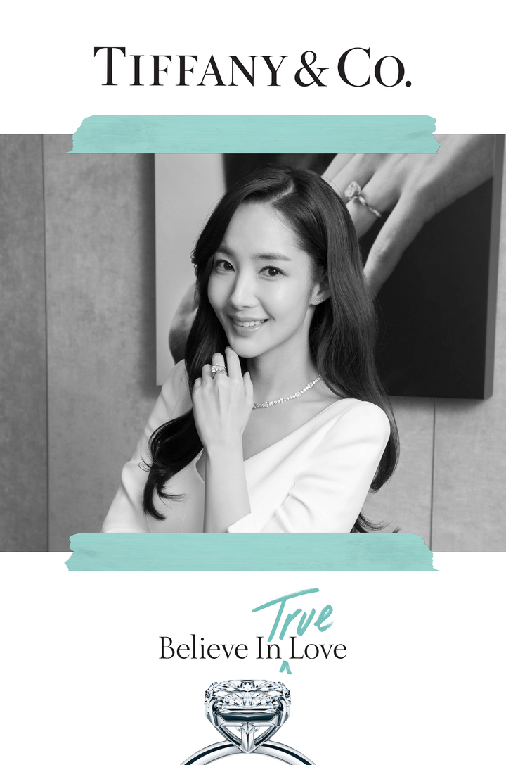 朴敏英配戴Tiffany True鑽戒並拍攝主題相框,現在消費者也可以到全台7家Tiffany & Co.專門店拍照牆留下紀念。圖/Tiffany & Co.提供