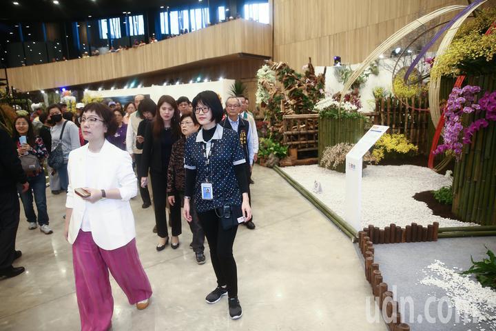 台南市副市長王時思(前左)下午率領市府團隊參觀台中花博。記者黃仲裕/攝影