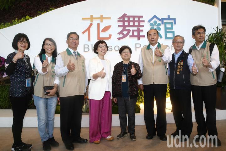 台南市副市長王時思(左四)下午率領市府團隊參觀台中花博。記者黃仲裕/攝影