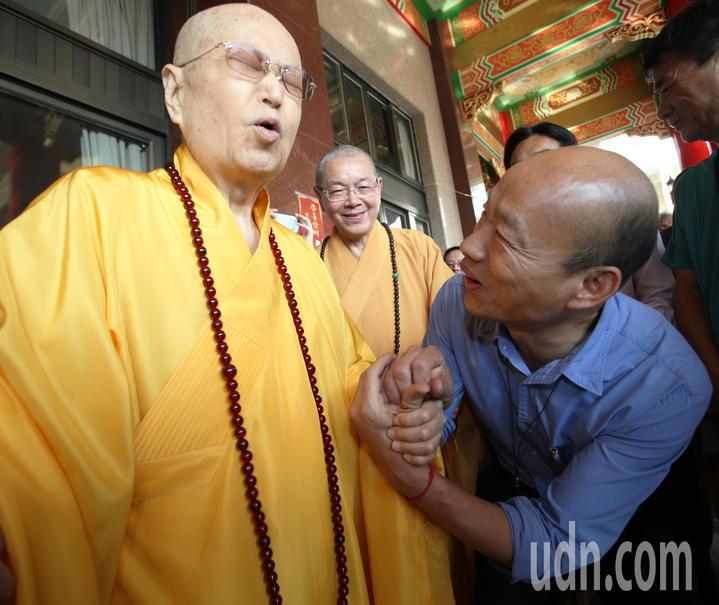 高雄市長韓國瑜(右)今天到阿蓮區光德寺參加祈福法會,住持淨心長老(左)親自接待。記者劉學聖/攝影