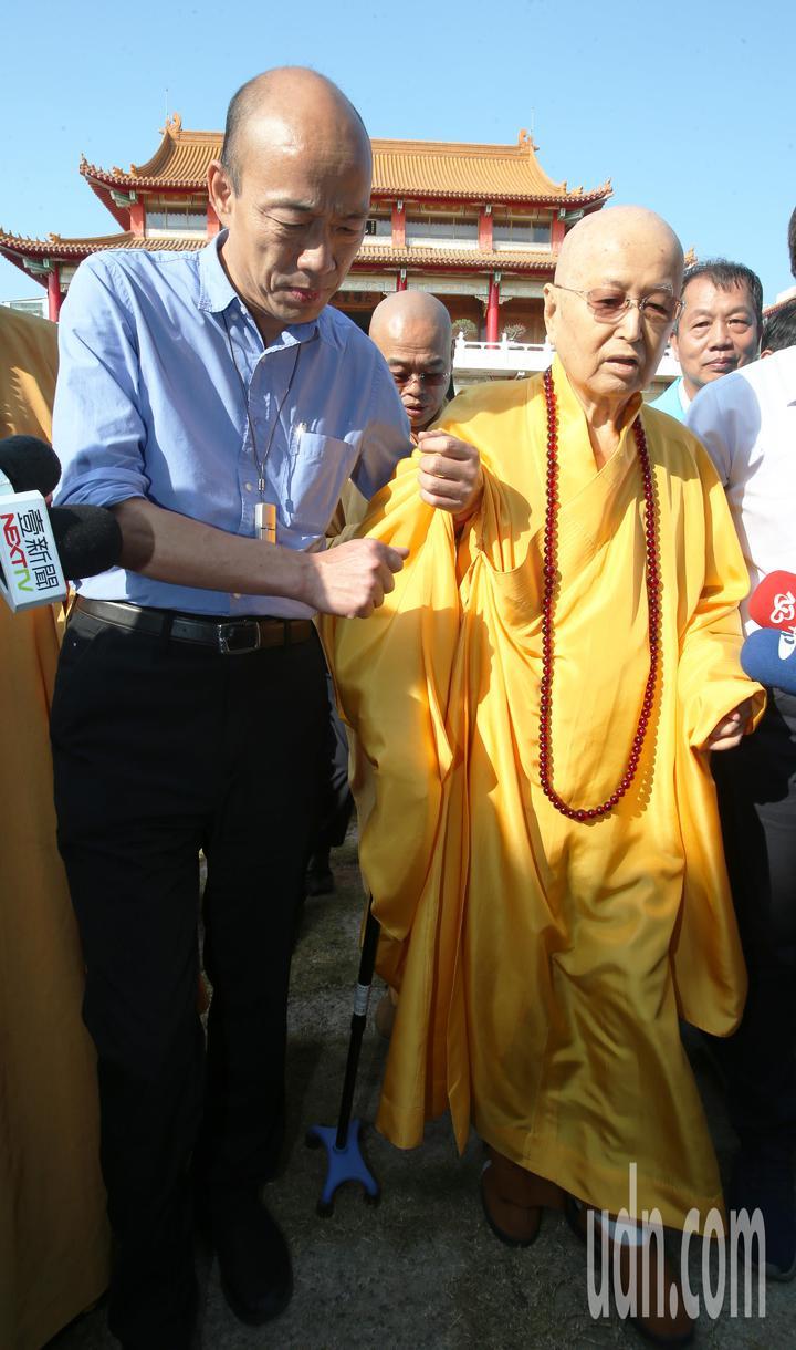高雄市長韓國瑜(左)今天到阿蓮區光德寺參加祈福法會,並攙扶住持淨心長老(右)。記者劉學聖/攝影