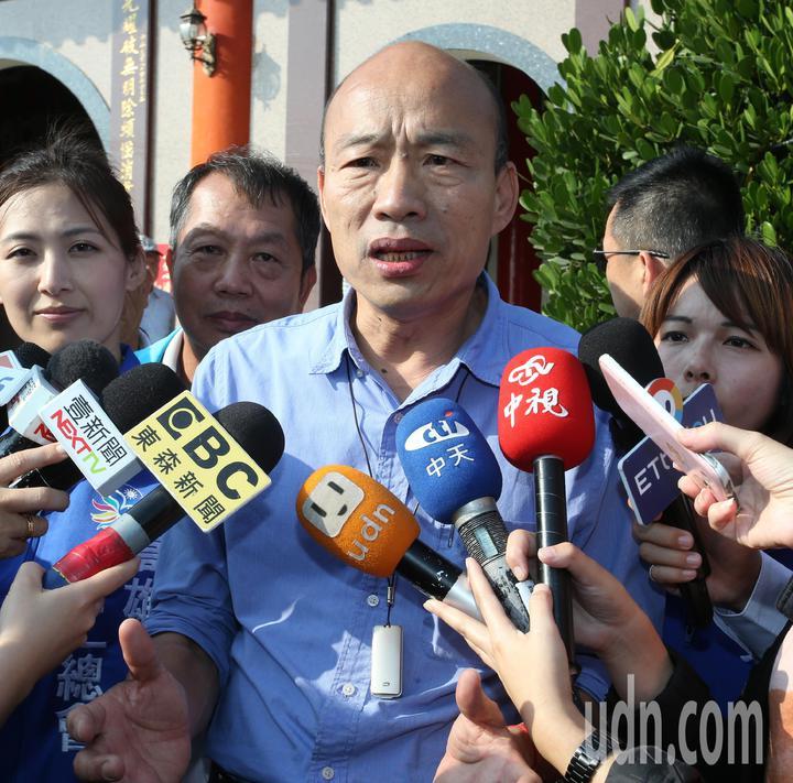 高雄市長韓國瑜受訪時表示要帶領高雄拼經濟,會認真做好市長工作。記者劉學聖/攝影