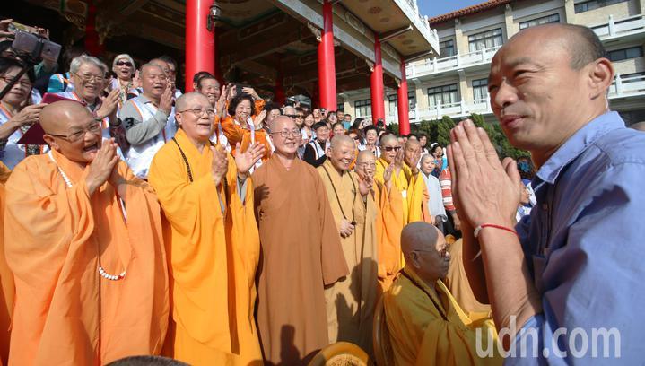 高雄市長韓國瑜(右)今天到阿蓮區光德寺參加祈福法會,並向現場法師與群眾致意。記者劉學聖/攝影